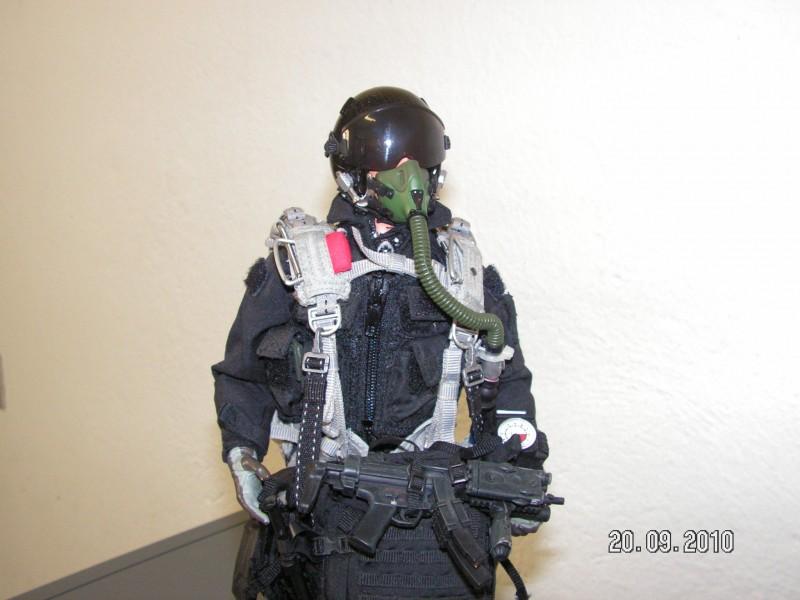 Figurino Paracadutista In Assetto Alta Quota Di Lancio Con Ossigeno
